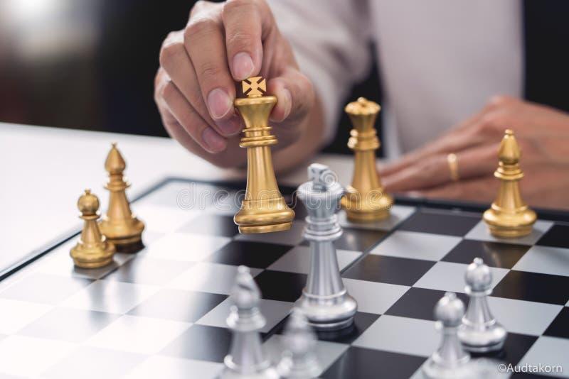 ο ηγέτης νίκης και η έννοια επιτυχίας, παιχνίδι επιχειρησιακών ατόμων παίρνουν έναν αριθμό ματ ένας άλλος βασιλιάς με την ομάδα σ στοκ εικόνα με δικαίωμα ελεύθερης χρήσης