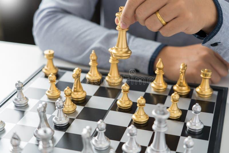 ο ηγέτης νίκης και η έννοια επιτυχίας, παιχνίδι επιχειρησιακών ατόμων παίρνουν έναν αριθμό ματ ένας άλλος βασιλιάς με την ομάδα σ στοκ φωτογραφία με δικαίωμα ελεύθερης χρήσης