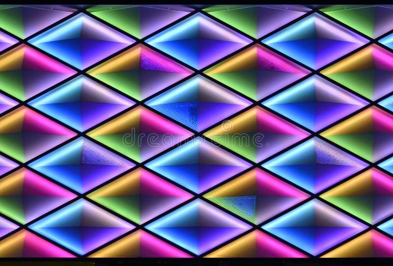 Οδηγημένος τοίχος κουρτινών, φωτισμός νύχτας του σύγχρονου εμπορικού κτηρίου διανυσματική απεικόνιση