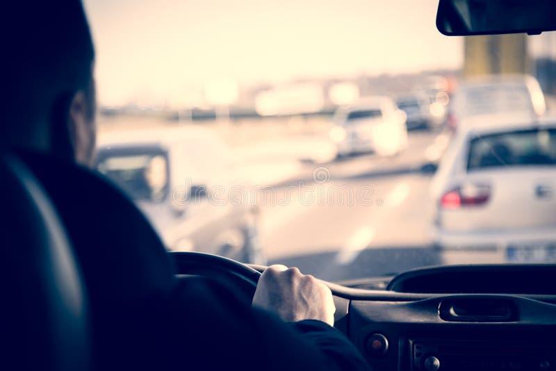 Οδηγός φορτηγού υπηρεσιών φορτίου παράδοσης στο δρόμο στοκ φωτογραφίες με δικαίωμα ελεύθερης χρήσης