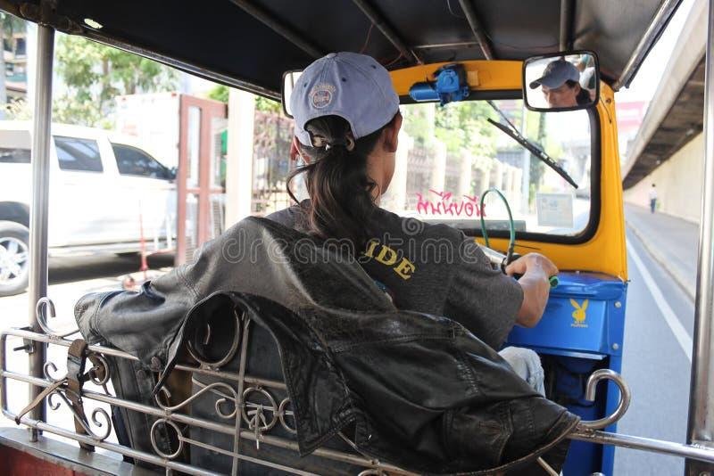 Οδηγός Tuk Tuk που οδηγεί ένα tuk tuk σε μια οδό της Μπανγκόκ, άποψη FR στοκ εικόνα με δικαίωμα ελεύθερης χρήσης