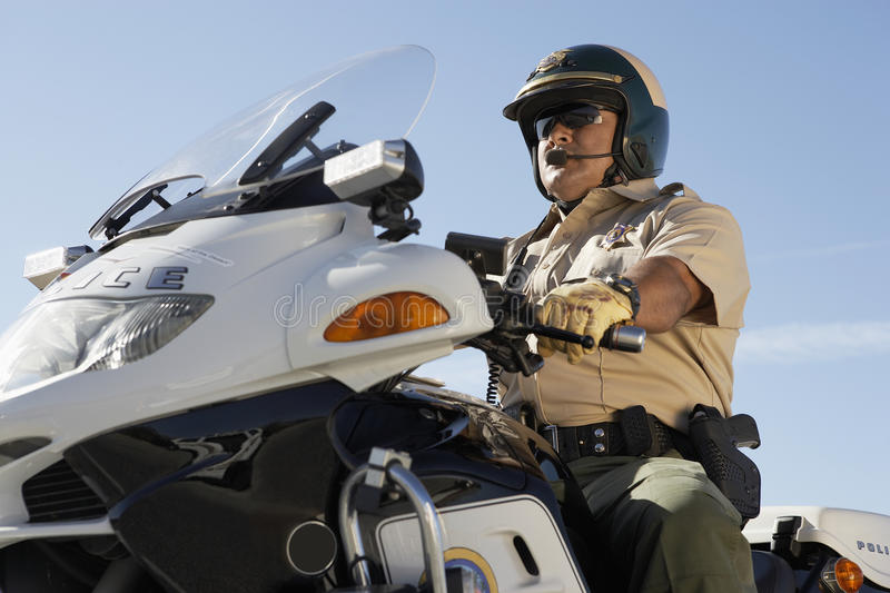 Οδηγώντας μοτοσικλέτα γραφείων αστυνομίας στοκ φωτογραφίες