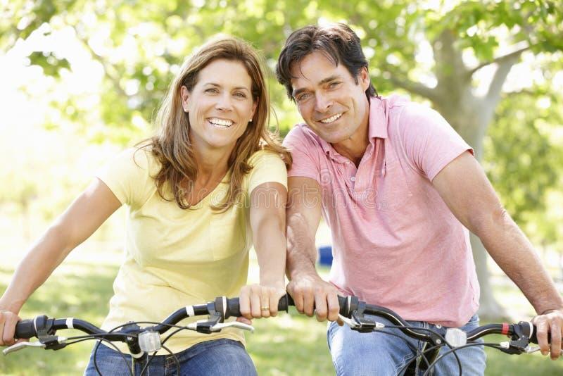Οδηγώντας ποδήλατα ζεύγους στοκ φωτογραφίες