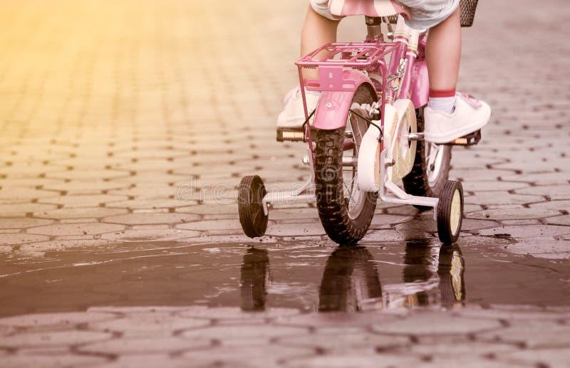 Οδηγώντας ποδήλατο μικρών κοριτσιών παιδιών στο πάρκο στοκ φωτογραφία με δικαίωμα ελεύθερης χρήσης