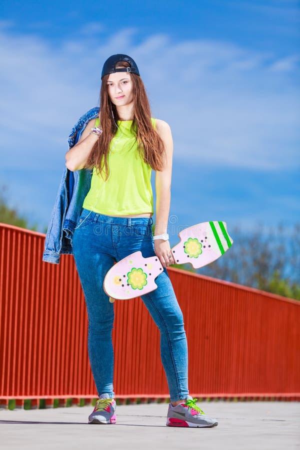 Οδηγώντας skateboard σκέιτερ έφηβη στην οδό στοκ φωτογραφία με δικαίωμα ελεύθερης χρήσης