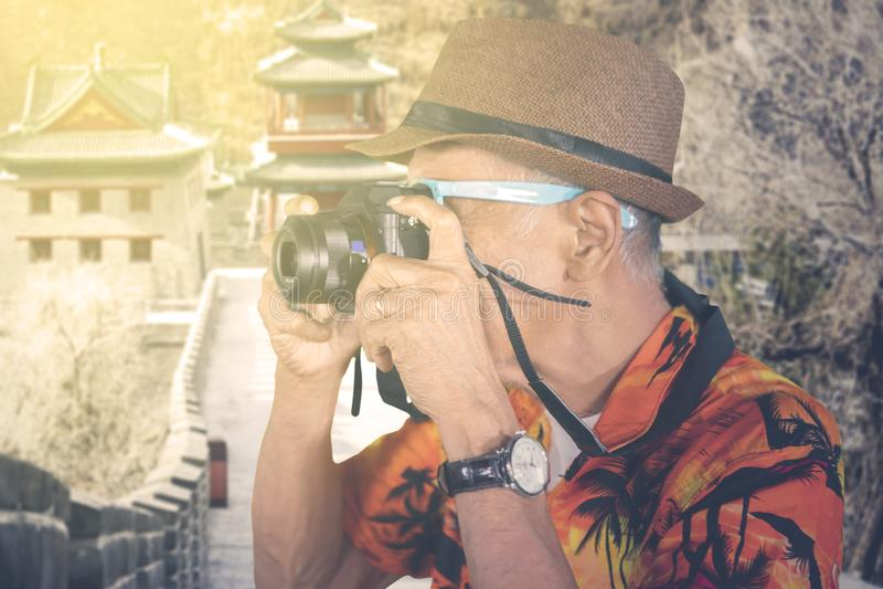 Ο ηληκιωμένος παίρνει τη φωτογραφία στο Σινικό Τείχος της Κίνας στοκ εικόνες με δικαίωμα ελεύθερης χρήσης