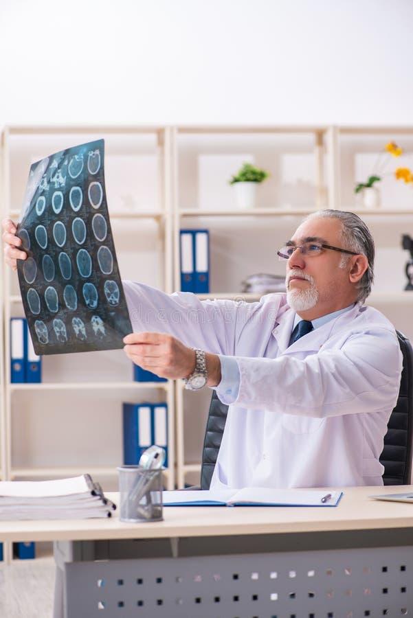 Ο ηλικίας αρσενικός ακτινολόγος γιατρών στην κλινική στοκ εικόνες