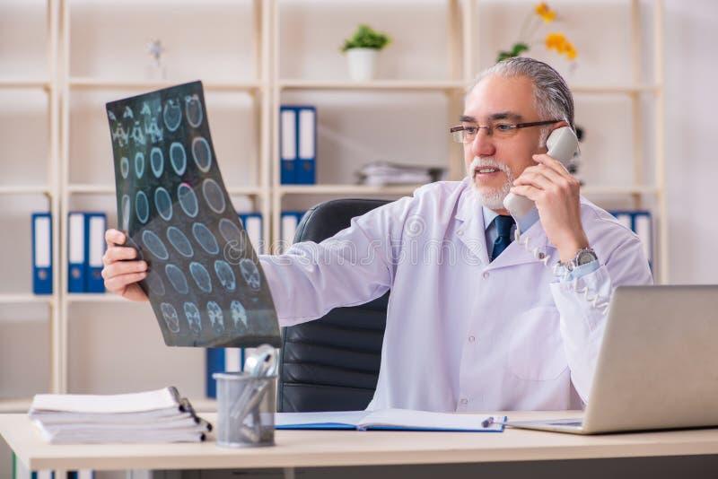 Ο ηλικίας αρσενικός ακτινολόγος γιατρών στην κλινική στοκ φωτογραφίες με δικαίωμα ελεύθερης χρήσης