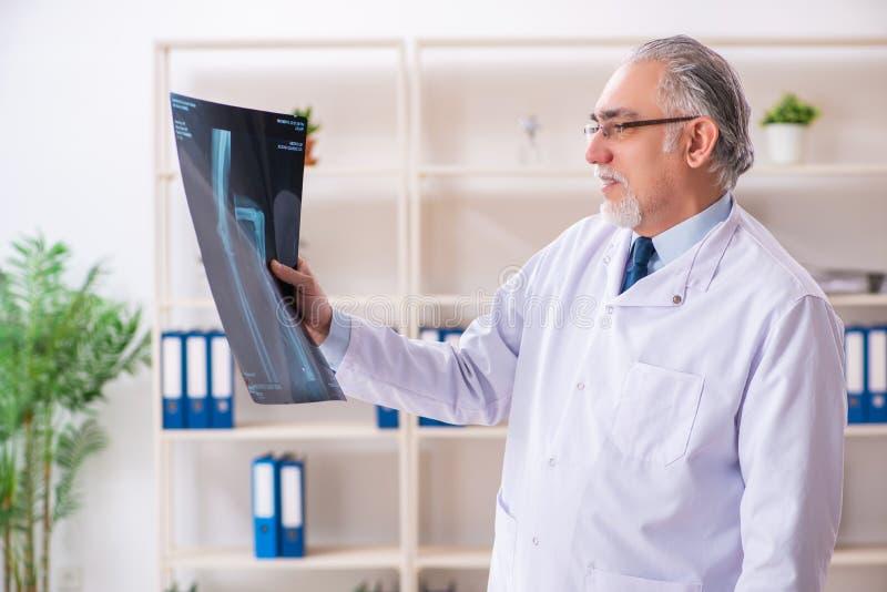 Ο ηλικίας αρσενικός ακτινολόγος γιατρών στην κλινική στοκ φωτογραφία με δικαίωμα ελεύθερης χρήσης