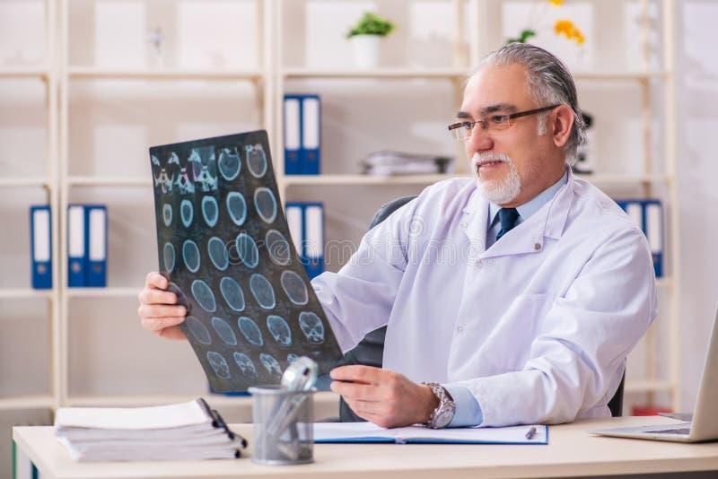 Ο ηλικίας αρσενικός ακτινολόγος γιατρών στην κλινική στοκ εικόνες με δικαίωμα ελεύθερης χρήσης