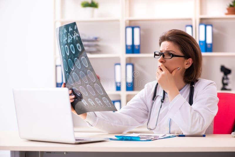 Ο ηλικίας θηλυκός ακτινολόγος γιατρών στην κλινική στοκ φωτογραφία με δικαίωμα ελεύθερης χρήσης