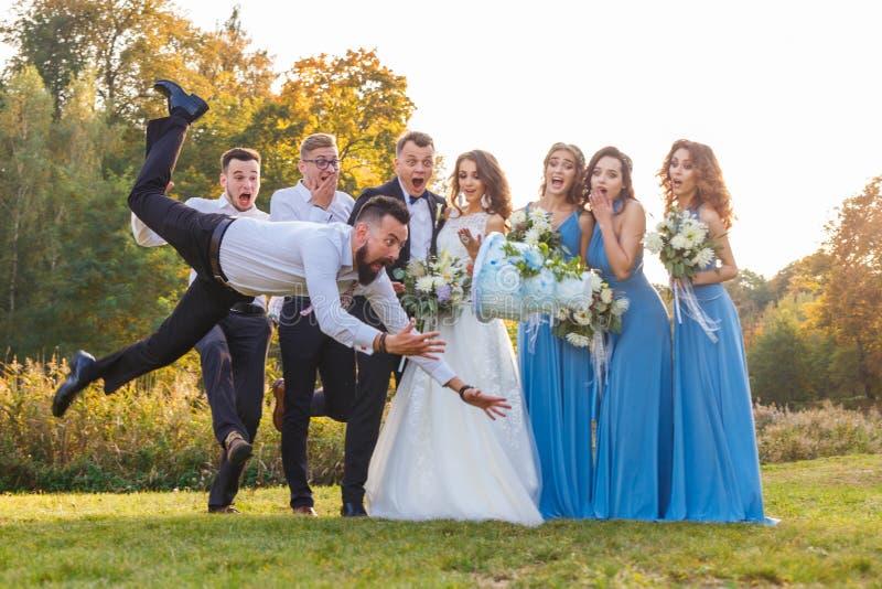 Ο ηττημένος ρίχνει το γαμήλιο κέικ στοκ εικόνες