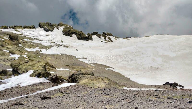 Ο ηφαιστειακός κρατήρας του όρους Δαμασκός του Ιράν στοκ φωτογραφίες με δικαίωμα ελεύθερης χρήσης