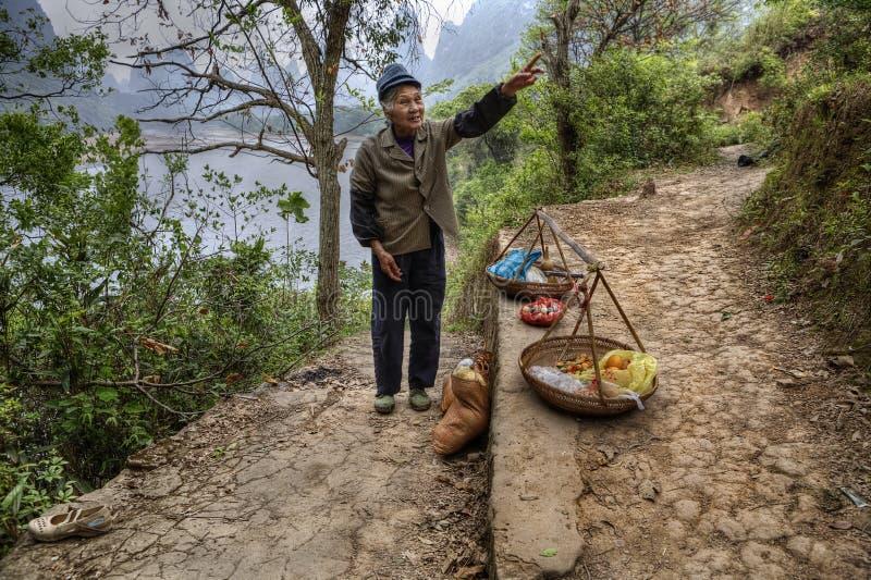 Ο ηλικιωμένος ασιατικός αγρότης αγροτών πωλεί τα τρόφιμα στο ίχνος τουριστών στοκ φωτογραφίες με δικαίωμα ελεύθερης χρήσης