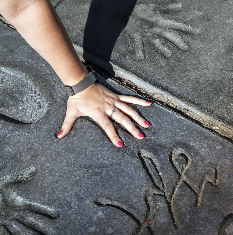 Ο θαυμαστής βάζει παραδίδει handprints των αστεριών μακριών περιπετειωδών μυθιστορημάτων λυκόφατος στοκ εικόνα