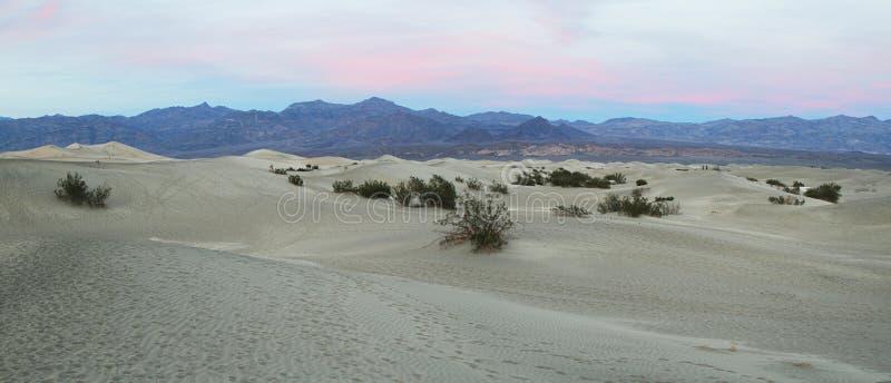 Ο θερμός ήλιος αυξάνεται στους αμμόλοφους άμμου, κοιλάδα θανάτου στοκ φωτογραφία με δικαίωμα ελεύθερης χρήσης