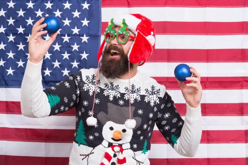 Ο Θεός να ευλογεί την Αμερική Ο πατριωτικός άγιος βασίλης γιορτάζει τις χειμερινές διακοπές Χριστουγεννιάτικες λάμπες με αμερικαν στοκ φωτογραφία