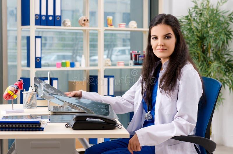 Ο θηλυκός ακτινολόγος γιατρών που εργάζεται στην κλινική στοκ φωτογραφία με δικαίωμα ελεύθερης χρήσης
