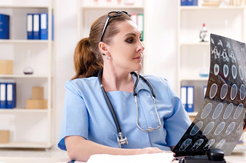 Ο θηλυκός ακτινολόγος γιατρών που εργάζεται στην κλινική στοκ εικόνες