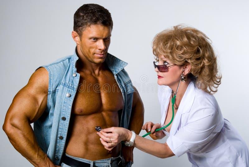 Ο θηλυκός γιατρός ελέγχει έναν ασθενή στοκ φωτογραφία με δικαίωμα ελεύθερης χρήσης