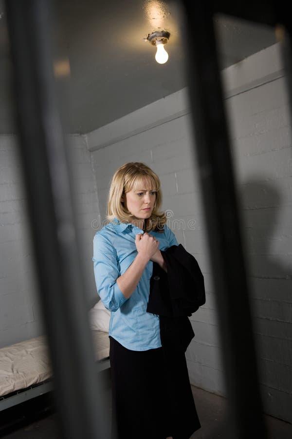 Ο θηλυκός εγκληματίας κλείδωσε στη φυλακή στοκ εικόνες