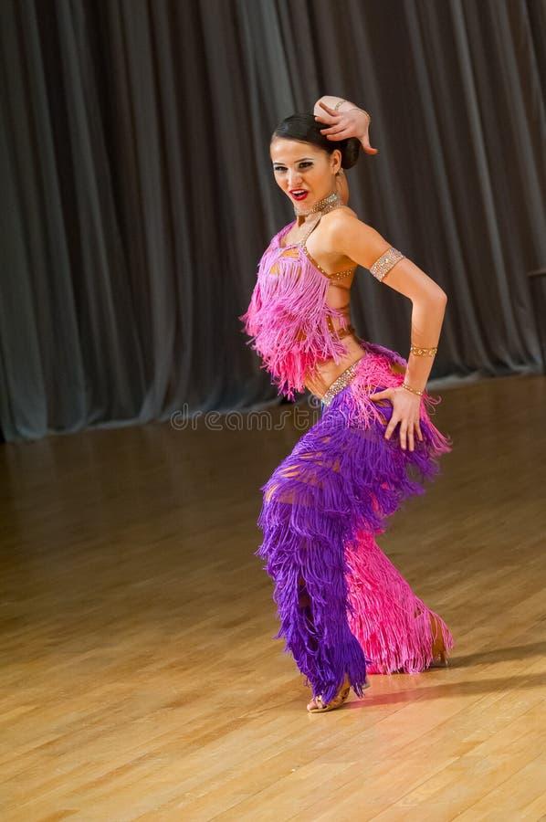 Ο θηλυκός χορευτής εκτελεί στοκ εικόνα με δικαίωμα ελεύθερης χρήσης
