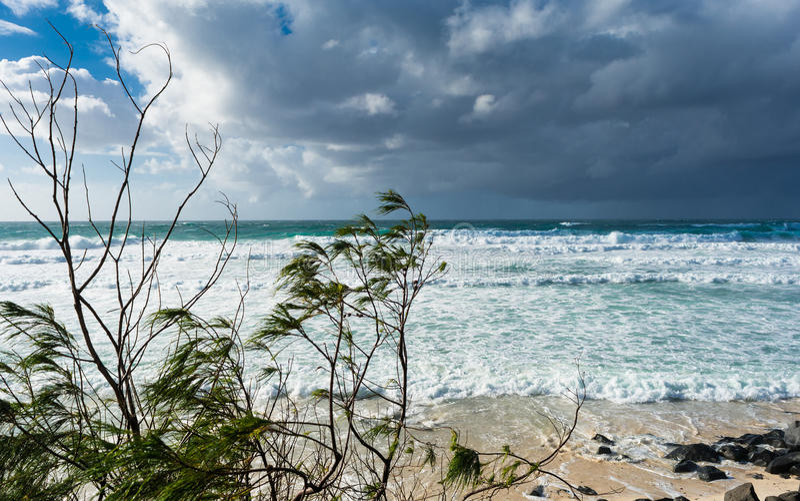 Ο θυελλώδης καιρός στη θερινή ημέρα με τα γκρίζα σύννεφα σωρειτών στην παραλία στο Gold Coast, Αυστραλία στοκ φωτογραφία με δικαίωμα ελεύθερης χρήσης