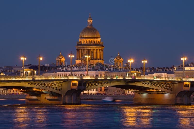 Ο θόλος του ST Isaac Cathedral πέρα από τη γέφυρα Blagoveshchensk στοκ εικόνες