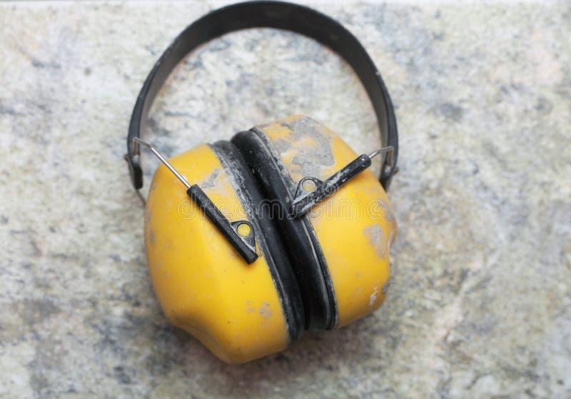 Ο θόρυβος εργοστασίων προστασίας αυτιών χάνει κίτρινο στοκ φωτογραφία