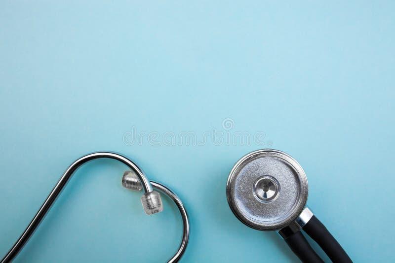 Ο ιατρικοί μετρητής πίεσης και το στηθοσκόπιο στο ανοικτό μπλε υπόβαθρο, για την καρδιά που ακούει, απομόνωσαν τη θέση για το κεί στοκ φωτογραφία με δικαίωμα ελεύθερης χρήσης