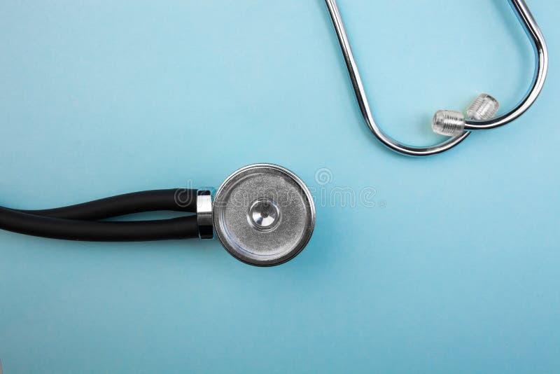 Ο ιατρικοί μετρητής πίεσης και το στηθοσκόπιο στο ανοικτό μπλε υπόβαθρο, για την καρδιά που ακούει, απομόνωσαν τη θέση για το κεί στοκ φωτογραφίες με δικαίωμα ελεύθερης χρήσης