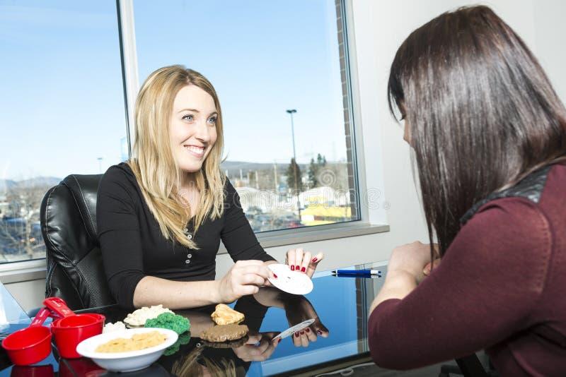 Ο διατροφολόγος συμβουλεύεται στο γραφείο στοκ φωτογραφία