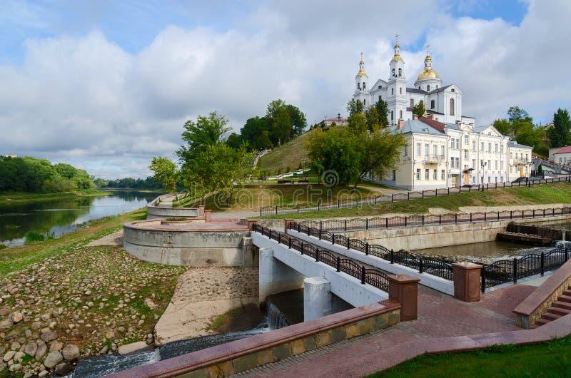Ο ιερός καθεδρικός ναός Dormition ανωτέρω δυτικό Dvina στοκ εικόνες