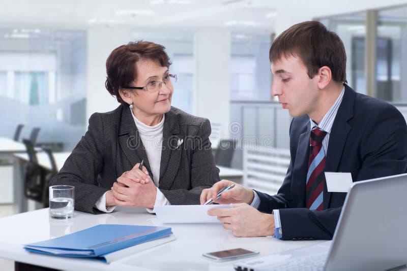 Ηλικιωμένη γυναίκα με έναν οικονομικό σύμβουλο στοκ φωτογραφία με δικαίωμα ελεύθερης χρήσης