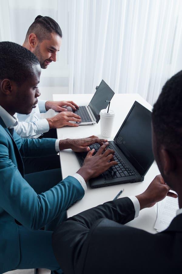 Ο διευθυντής ΤΠ καθιστά την κατάρτιση για τους υπαλλήλους στην αρχή στοκ φωτογραφία με δικαίωμα ελεύθερης χρήσης