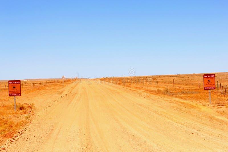 Οδικά σημάδια προειδοποίησης κατά μήκος του βρώμικου δρόμου στο Breakaways, Αυστραλία στοκ φωτογραφίες με δικαίωμα ελεύθερης χρήσης