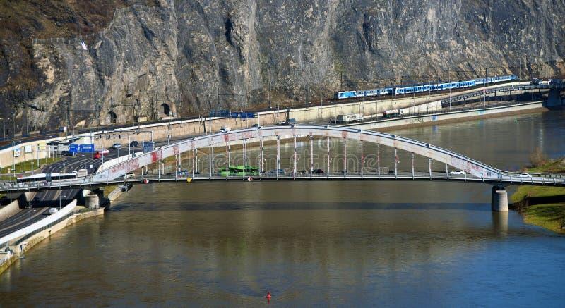 Οδική γέφυρα πέρα από τον ποταμό στοκ εικόνες