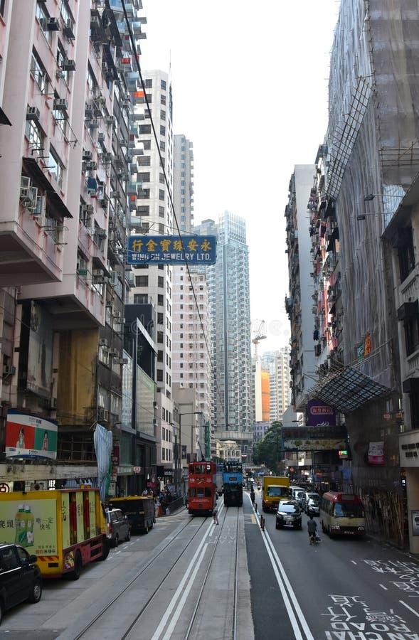 Οδική κυκλοφορία, διπλοί τραμ και ουρανοξύστες στοκ εικόνα με δικαίωμα ελεύθερης χρήσης