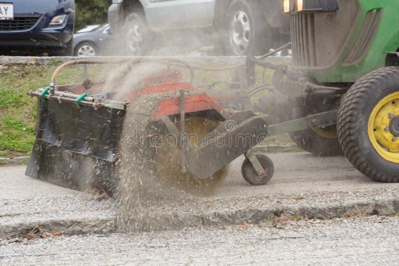 Οδικός καθαρισμός με το όχημα αποκομιδής απορριμμάτων στοκ εικόνα