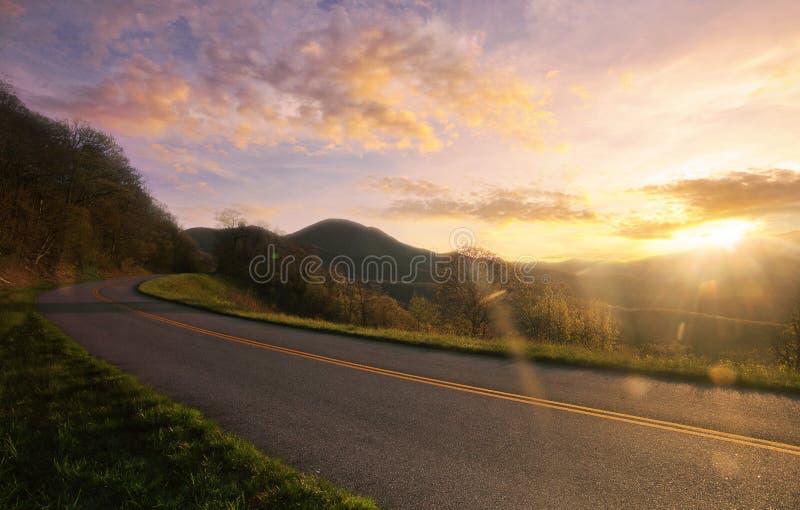 Οδικό ηλιοβασίλεμα βουνών στοκ εικόνα με δικαίωμα ελεύθερης χρήσης