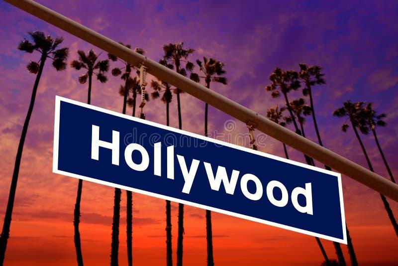 Οδικό σημάδι Καλιφόρνιας Hollywood σε κιτρινωπό με τη φωτογραφία δέντρων pam στοκ εικόνες με δικαίωμα ελεύθερης χρήσης