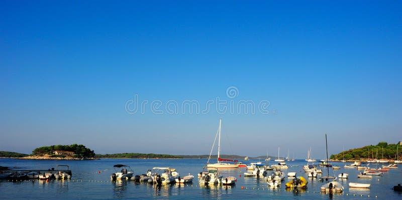 Ο λιμένας Hvar σταθμεύει πολλή βάρκα, Κροατία στοκ εικόνα