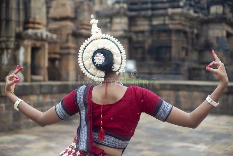 Ο ινδικός κλασσικός χορευτής odissi φορά το παραδοσιακό κοστούμι και την τοποθέτηση μπροστά από το ναό Mukteshvara, Bhubaneswar,  στοκ φωτογραφία με δικαίωμα ελεύθερης χρήσης