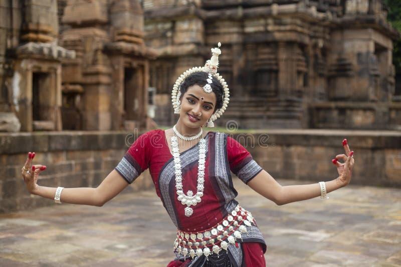 Ο ινδικός κλασσικός χορευτής odissi φορά το παραδοσιακό κοστούμι που θέτει τις χειρονομίες Mudra ή χεριών στοκ φωτογραφία