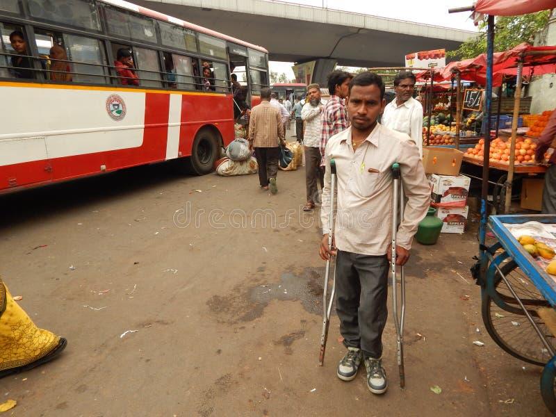Ο ινδικός ανάπηρος ή φυσικά προκλημένος νεαρός άνδρας περιμένει το λεωφορείο στοκ φωτογραφία με δικαίωμα ελεύθερης χρήσης