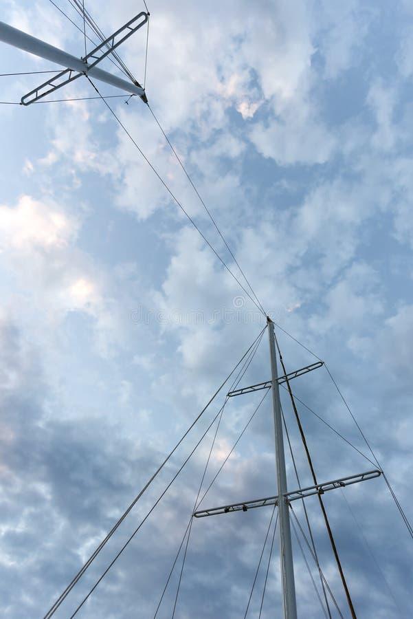 Ο ιστός του σκάφους σε έναν ουρανό λυκόφατος στοκ εικόνες