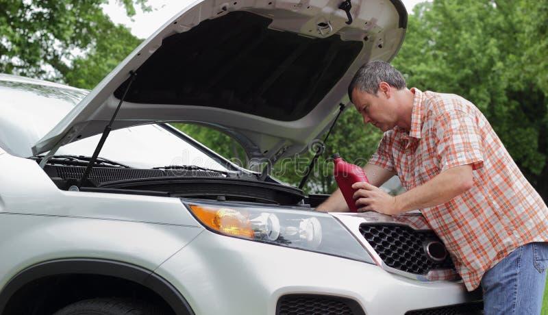 Ο ιδιοκτήτης οχημάτων ελέγχει το πετρέλαιο στοκ εικόνα με δικαίωμα ελεύθερης χρήσης