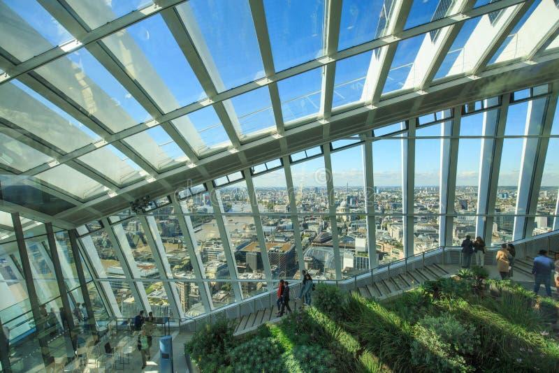 Ο κήπος ουρανού είναι ένα καλυμμένο γυαλί αίθριο Είναι ανοικτό στο κοινό, τουρίστες που ερευνούν τις απόψεις του Λονδίνου, UK, το στοκ φωτογραφία με δικαίωμα ελεύθερης χρήσης