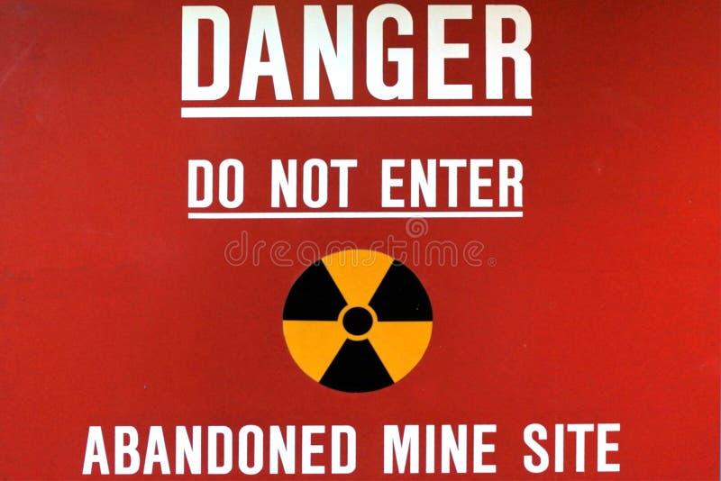 Ο κίνδυνος δεν εισάγει το εγκαταλειμμένο σημάδι περιοχών ορυχείων στοκ εικόνα με δικαίωμα ελεύθερης χρήσης