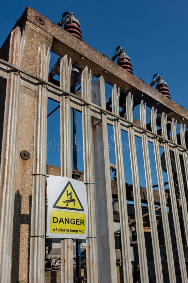 Ο κίνδυνος του θανάτου κρατά έξω το προειδοποιητικό σημάδι σε έναν φράκτη περιφραγμάτων στοκ φωτογραφίες